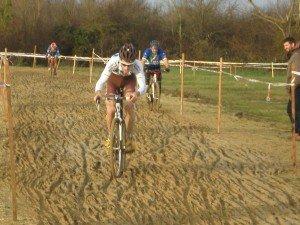 Cyclo-cross du Père Noel à La Chapelle-Saint-Ursin (18) : victoire de Bastien Duculty.  pc230249-300x225